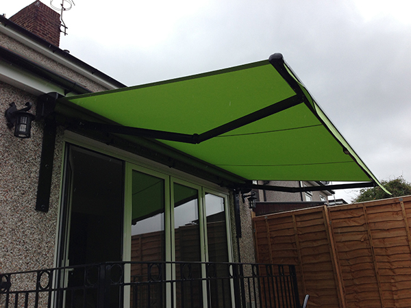 Lovely neat Blind installation in vibrant green.